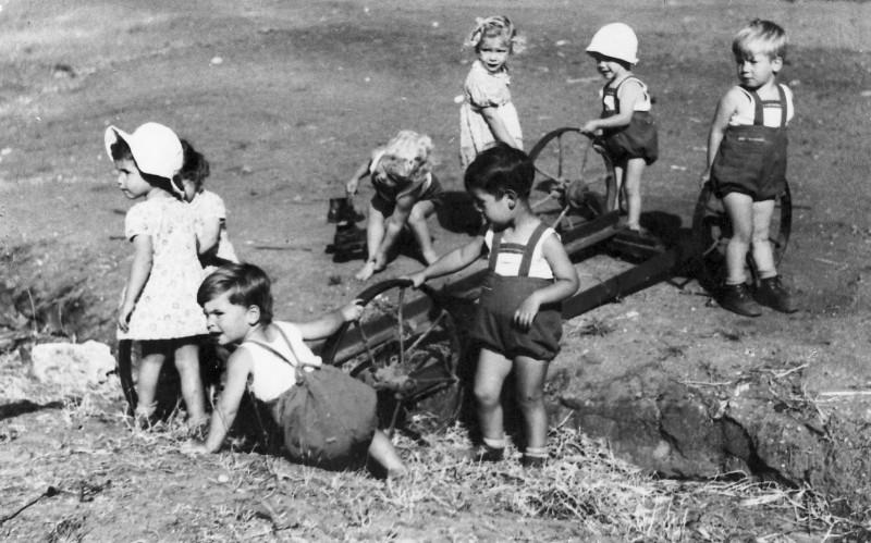 תמונה 12- 216 - פעוטון ילדי קבוצת עופר שנות ה-30-40 - גיורא אילני עיינה יגאל עופר דולי אלוני נירה