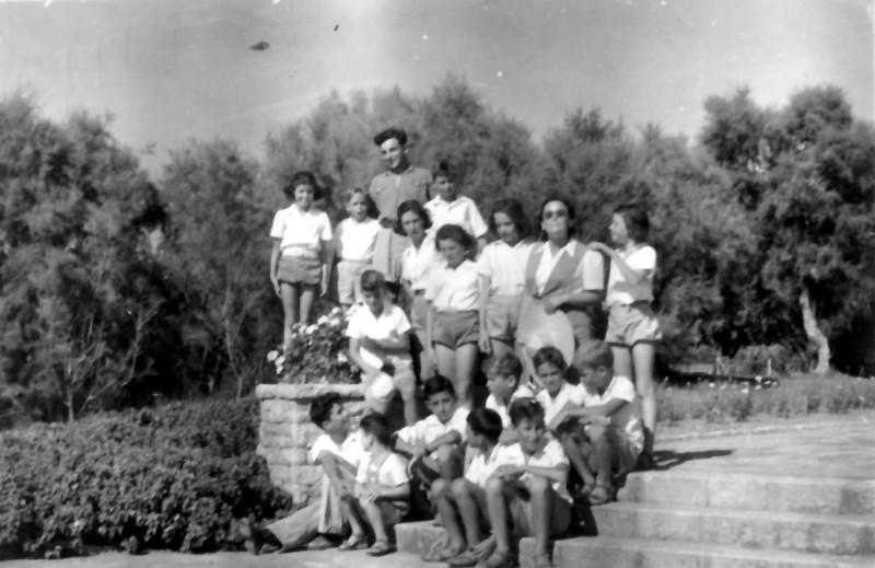תמונה 6- 195 - קבוצת עופר עם המטפלת דבורה גולוביי והמורה בצלאל לב - פירוט בגב התמונה - שנות ה-40