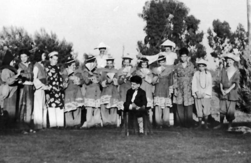 תמונה 2- 195 - קבוצת עופר מעלים את ההצגה הנסיך הגנוב - 1949 - ליד הבית הראשון במוסד
