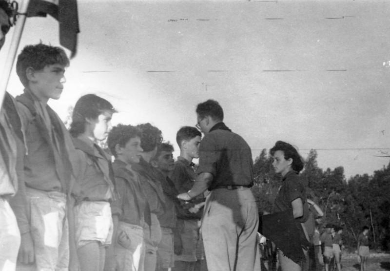 תמונה 17- 140 - קבוצת עופר מקבלים עניבות במפקד - מלכה שבלים מדריכנה-אמנון בראון נירה רז קובי חנה