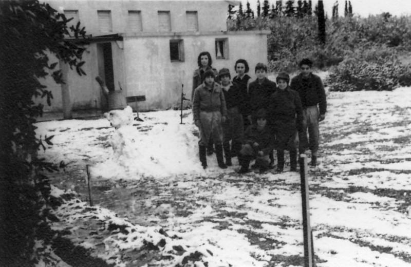 תמונה 14- 175 - קבוצת עופר במוסד בשנת השלג 1951-עדנה נדב אמנון יהודית אהוד חזקי יגאל קובי