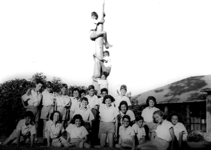 תמונה 4- 139 - קבוצת עופר ליד האקליפטוס הלבן מצפון לחדר האוכל דולי-למעלה גידי וחזקי על העץ - פירו