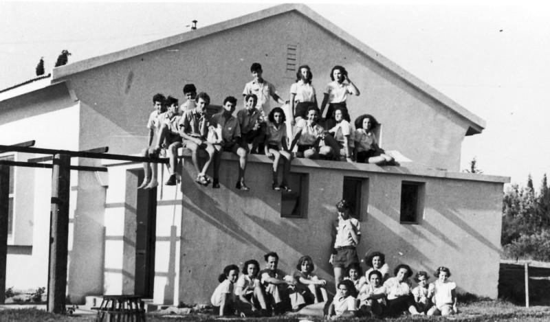 תמונה 23- 124 - קבוצת שבלים בבית הראשון במוסד 1949