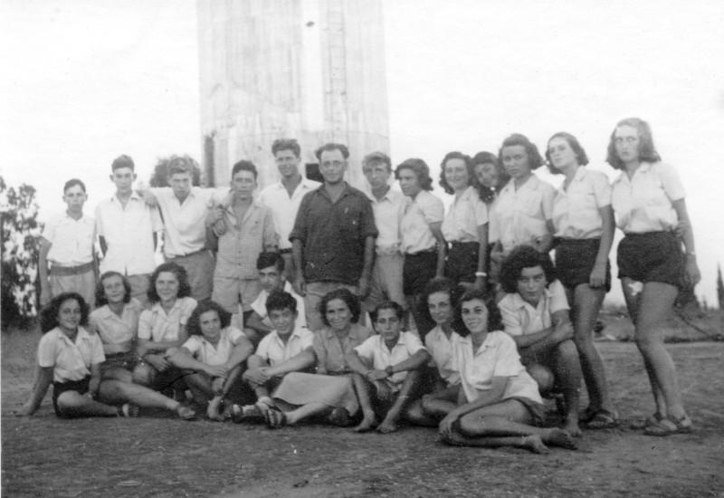 תמונה 3- 121 - קבוצת שבלים עם יצחק רימון ליד מגדל המים במוסד - 1949