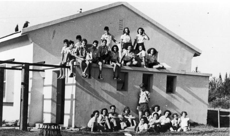 תמונה 3- 124 - קבוצת שבלים בבית הראשון במוסד 1949