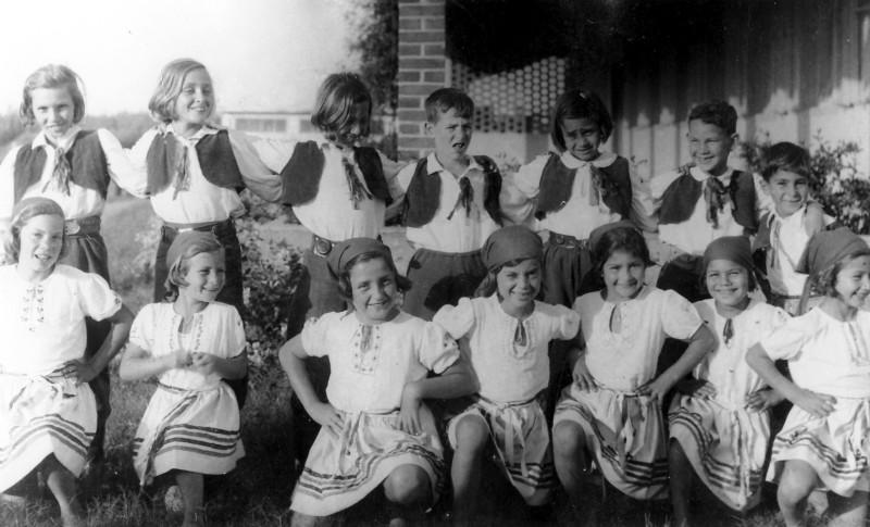 תמונה 4- 226 - ילדי קבוצת שבולים ליד חדר האכל 1942 - רותי רוזנטל זוזי לב עופרה רותם-שאר שמות-בסיכ