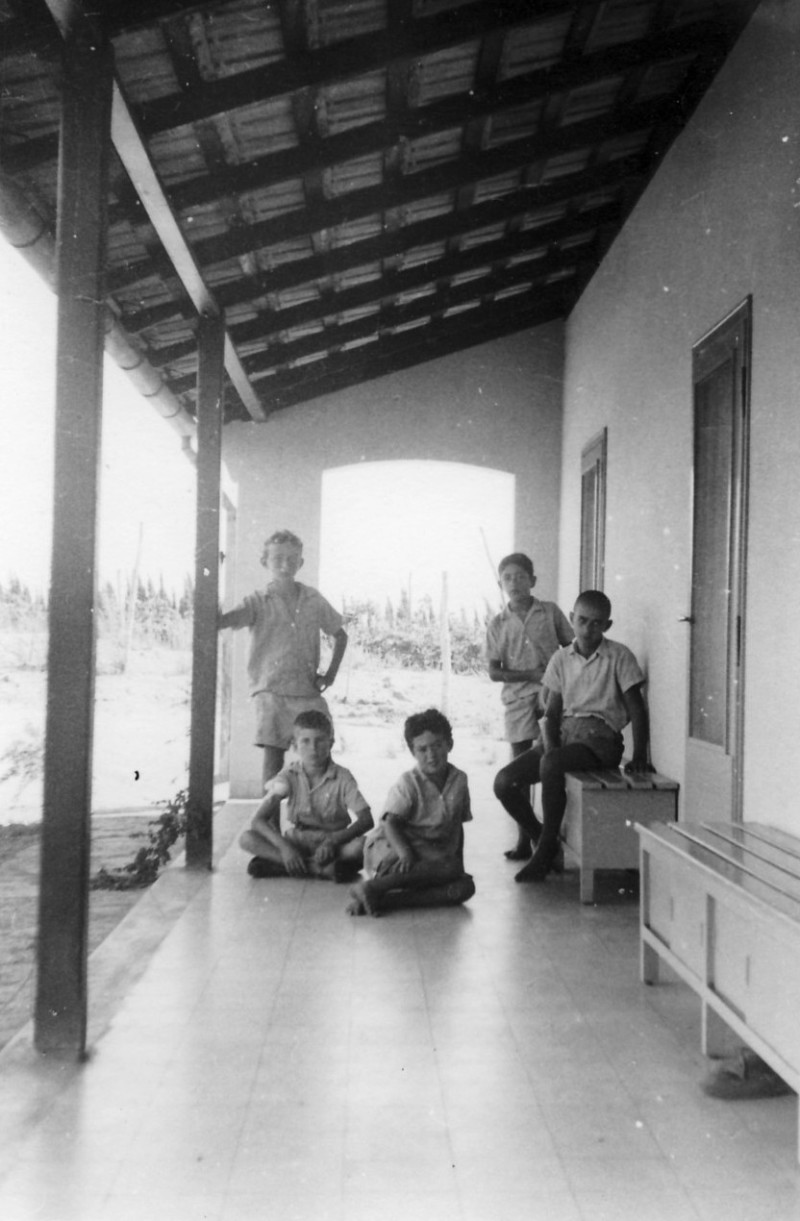 תמונה 5- 124 - קבוצת שבלים במוסד - משמאל עומד-גבי ואלד יושב-אורי אילן