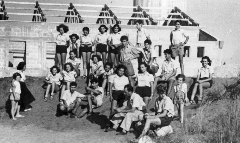 תמונה 7- 124 - קבוצת שבלים על רקע חדר האוכל במוסד ההולך ונבנה - 1947