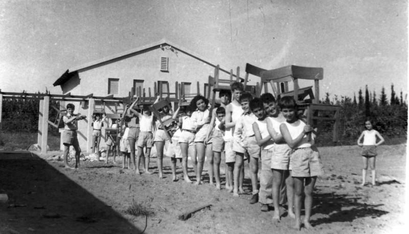 תמונה 8- 124 - קבוצת שבלים נכנסת לבית הראשון במוסד - 1948