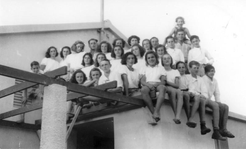 תמונה 15- 121 - קבוצת שבלים בבית הראשון במוסד עם יצחר רימון וריקל לב