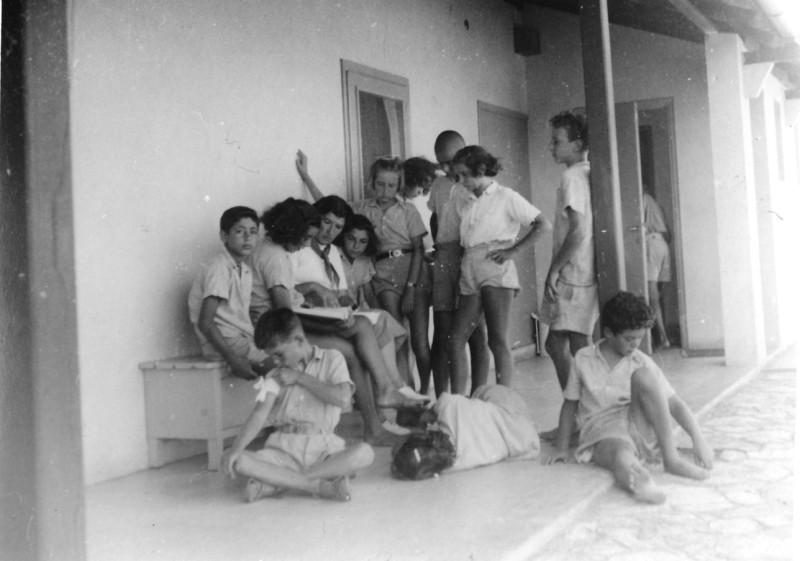 תמונה 15- 125 - קבוצת שבלים בבית הראשון במוסד - ריקל לב המורה אורי אילן גבי ואלד