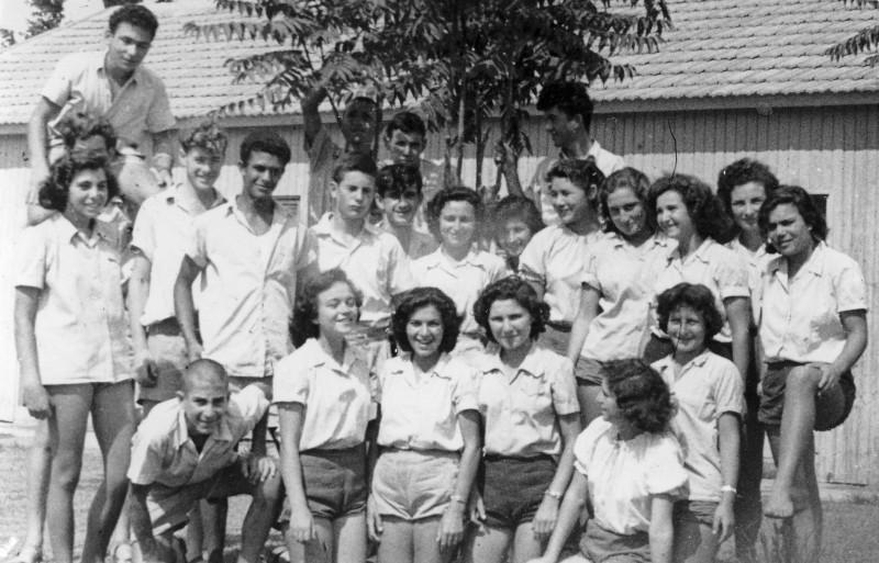 תמונה 16- 121 - קבוצת שבלים עם יעל לב- תחילת שנות ה-50