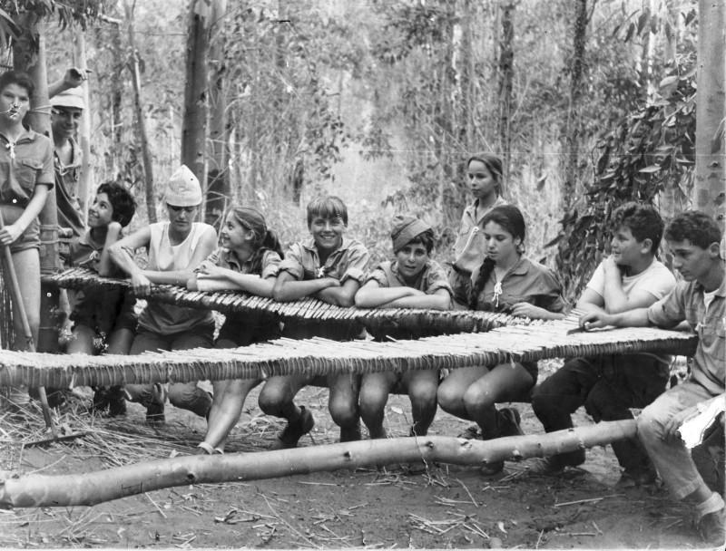 תמונה 1- 9 - קבוצת אורן במחנה לג בעומר כיתה ו - 1966 - שמות בגב התמונה ובסיכום