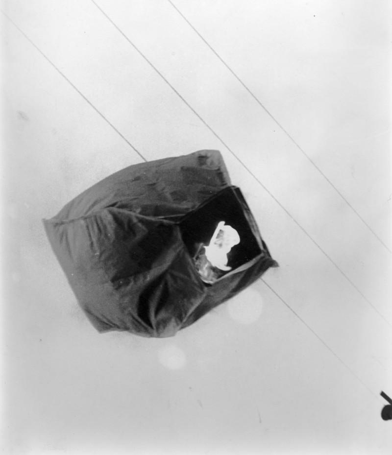 תמונה 2- 9 - קבוצת אורן לומדים את נושא האויר סביבנו - מעיפים כדור פורח 1965
