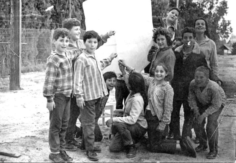 תמונה 3- 227 - קבוצת אורן עם המורה דינה שני מעיפים כדור פורח - שנות ה-60 -שמות-בסיכום