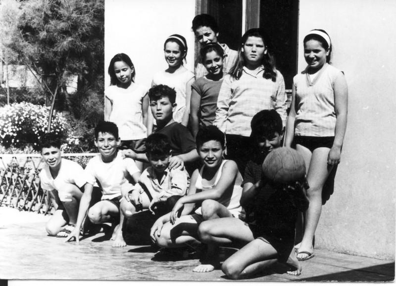 תמונה 4- 227 - קבוצת אורן עם המורה דינה שני שנות ה-60 - נועם פלג אסף אדיב - שמות בסיכום