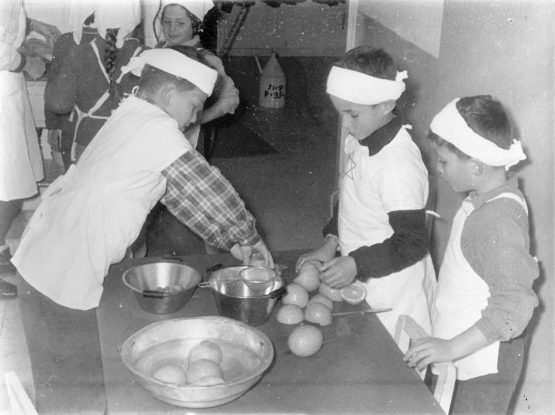 תמונה 5- 9 - קבוצת אורן - אנו מבשלים - כיתה ב - 1962