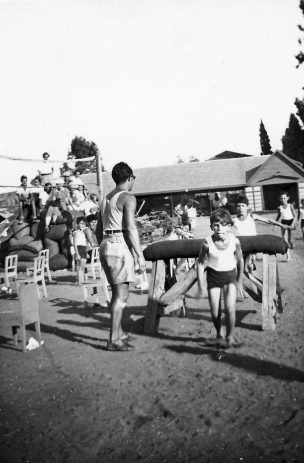 תמונה 6- 118 - כפולה של תמונה 1 - 1936 - שעור התעמלות קבוצת אורן