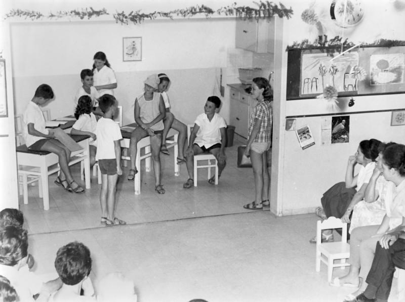 תמונה 7- 9 - קבוצת אורן כיתה ה - אנו כובשים את הקיבוץ - 1965