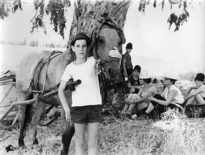 תמונה 8- 9 - אורן בטיול כיתה ד - דני שקדי עם הסוסה נועם פלג שרה פט-מטפלת ודינה שני-מורה