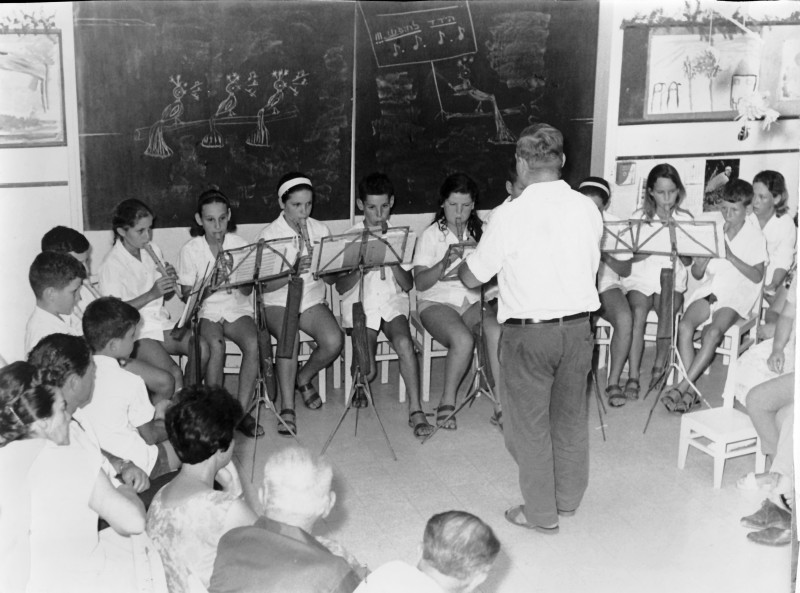 תמונה 9- 9 - תזמורת קבוצת אורן בניצוחו של מורדה שחור 1975 - שמות בגב התמונה ובסיכום