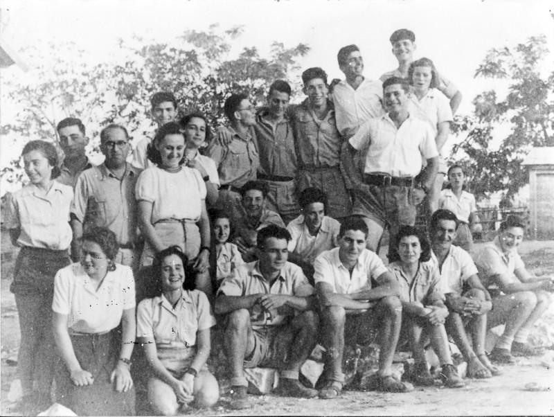 תמונה 10- 39 -משמר העמק 1945-קבוצת אורן-שמות בסכום