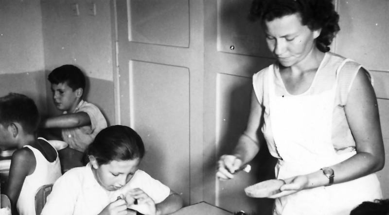 תמונה 10- 332 - ענת הרפז עם קבוצת רקפת בזמן הארוחה - איתי שפירא אורנה גולן - שנןת ה-60