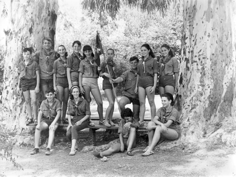 תמונה 11- 39 -גש 1966-קבוצת אורן ליד האקליפטוסים-כניסה לתנועה-שמות בסכום