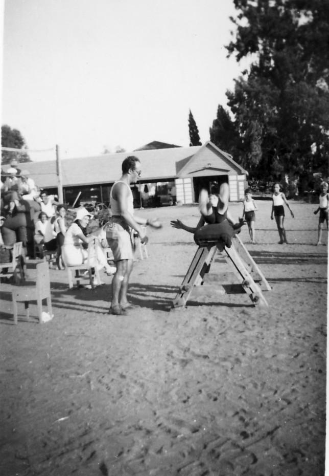 תמונה 12- 93 - שעור בהתעמלות על סוס קפיצה - קבוצת אורן 1936