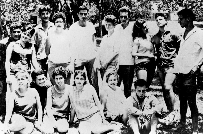 תמונה 17- 127 - קבוצת גפן עם בניו 1962 - שלמה גורן רפי אמאדו בניו דוד חתואל יהודית חתואל אורנה גו
